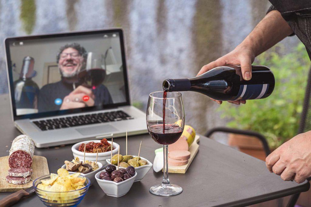 La scena di un aperitivo virtuale, in video chat