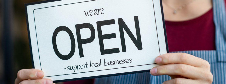 L'insegna 'Open' di un negozio di paese