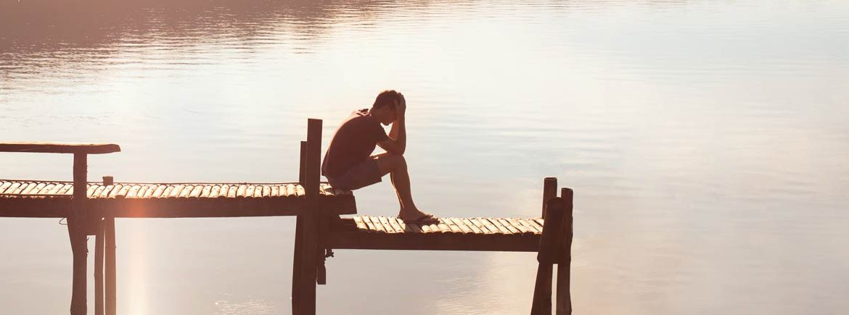 Un ragazzo rimugina su un fallimento