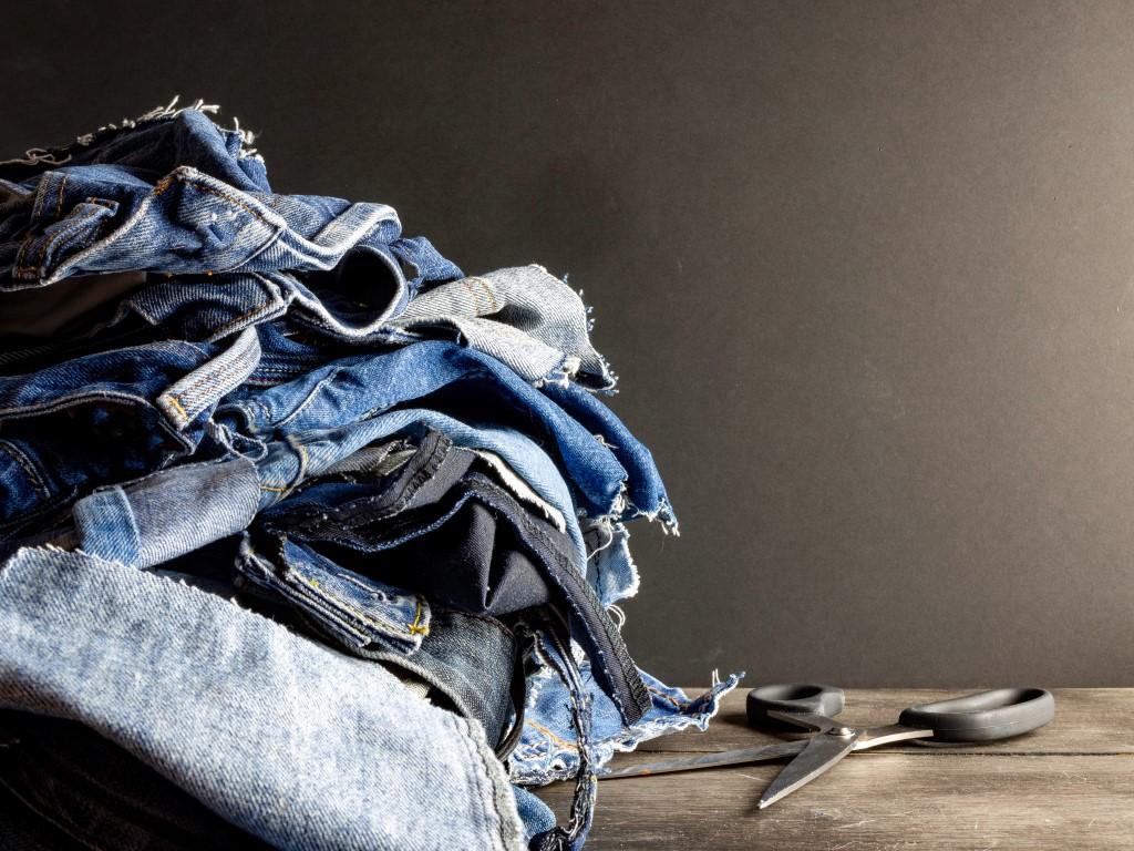 Una pila di jeans da buttare