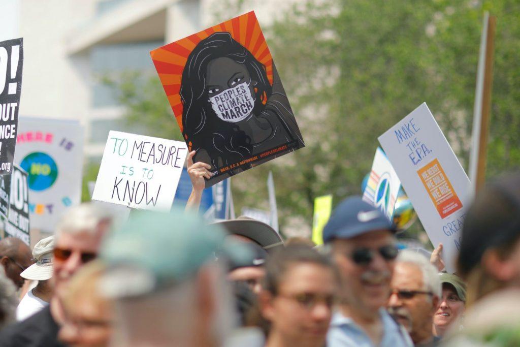 Gente che ritrova in piazza per protestare contro i cambiamenti climatici