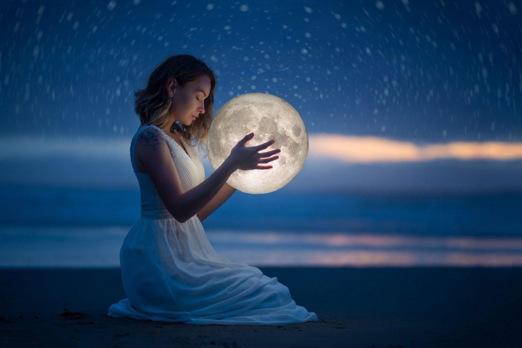 Una ragazza diene in mano un mappamondo luminoso