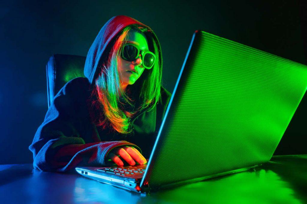 Una hacker davanti al suo portatile