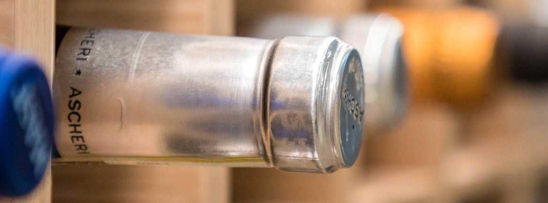 Il collo di una bottiglia in dettaglio, sullo scaffale