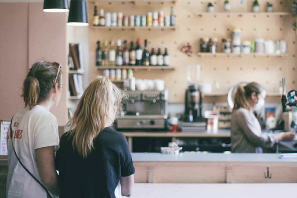 Due ragazze sono in attesa a una caffetteria