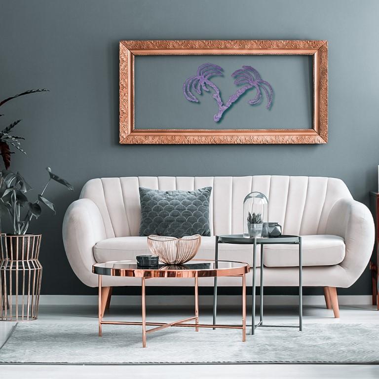 Una cornice per le palme metalliche UFO appese in un soggiorno.