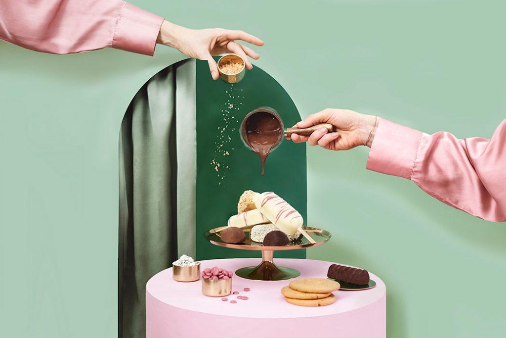 Una golosa esposizione di gelati arricchiti da cioccolato e granella di nocciole